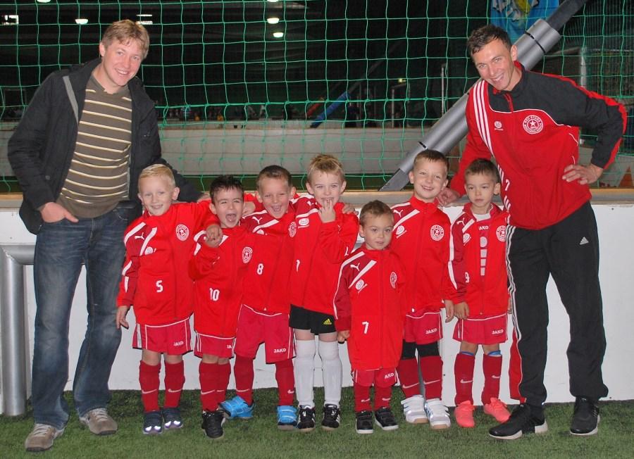 Gebrüder Quindt von Mr.Baker sponsern unseren kleinsten Fußballern neue Trainingsanzüge
